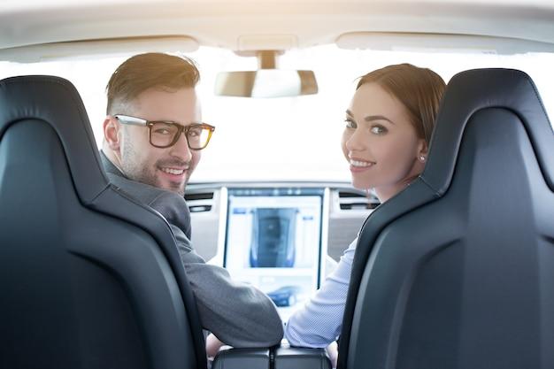 Transport von mann und frau durch modernes öko-auto-bedienfeld