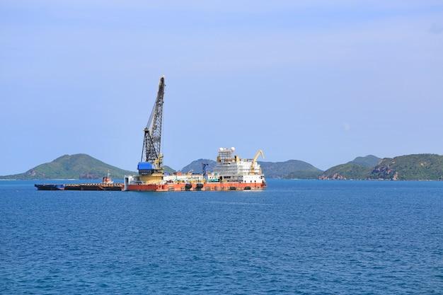 Transport zum schiff im thailändischen hafen für den export. terminal port.