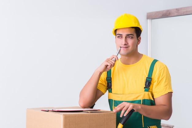 Transportarbeiter, der kästen zum haus liefert