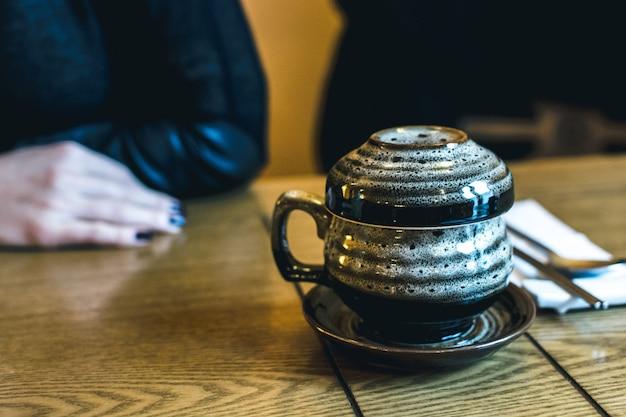 Tratidional koreanischer teekanne auf einem holztisch