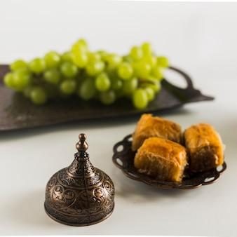 Traube auf tablett in der nähe von baklava