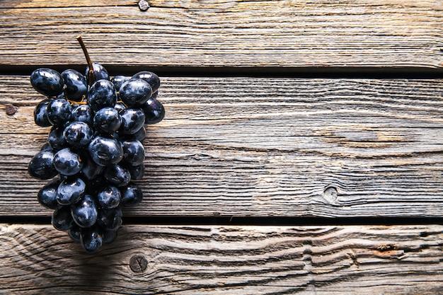 Trauben auf einem alten holztisch. obst. essen