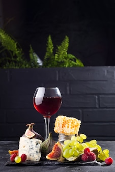 Trauben, käse, feigen und honig