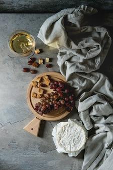 Trauben, käse und wein