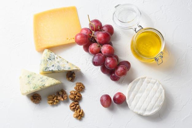 Trauben mit trauben und verschiedenen käsesorten