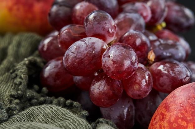 Trauben und pfirsiche auf dunkel
