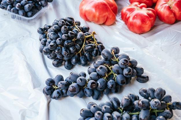 Trauben und tomaten auf einem lokalen flohmarkt