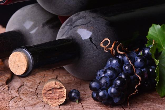 Trauben und weinflaschen