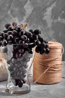 Trauben von frischen reifen dunklen trauben auf einer konkreten strukturellen oberfläche rotweintrauben stillleben der nahrung natur herbsternte