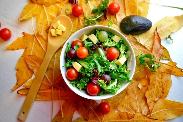 Traubensalat mit tomate und avocado auf blättern