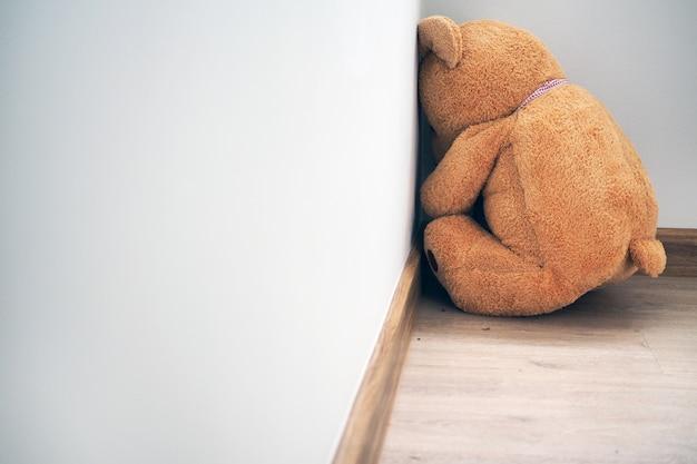 Trauer allein sieht traurig und enttäuscht aus.