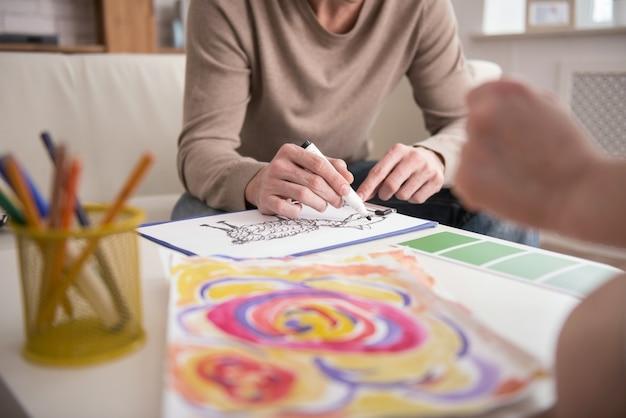 Traumabehandlung. nahaufnahme der jungen männlichen hände unter verwendung des markers beim malen