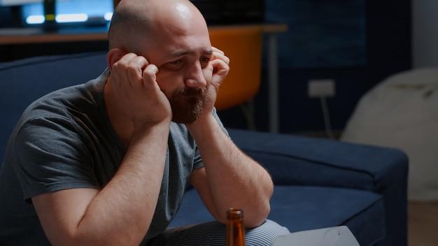 Traumatisierter frustrierter gestresster depressiver mann, der unter trennungsweinen leidet