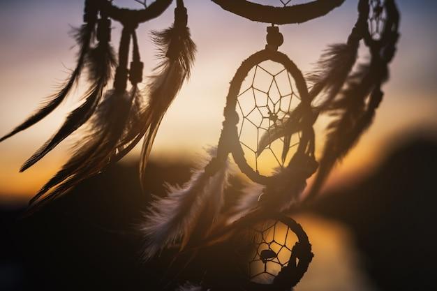 Traumfänger im wind mit schönem sonnenuntergang