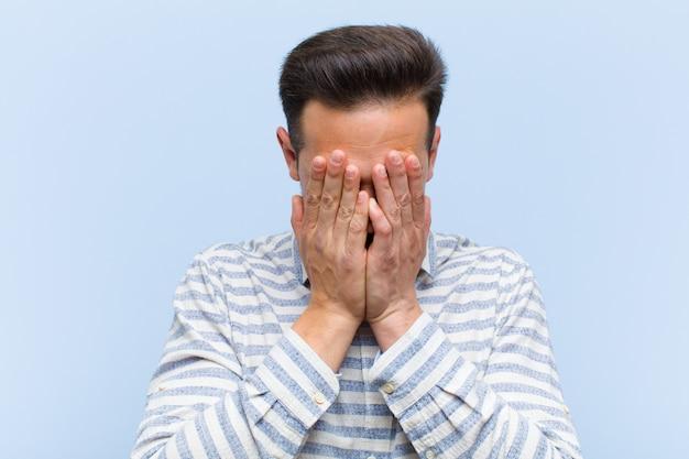 Traurig, frustriert, nervös und depressiv sein, gesicht mit beiden händen bedecken, weinen