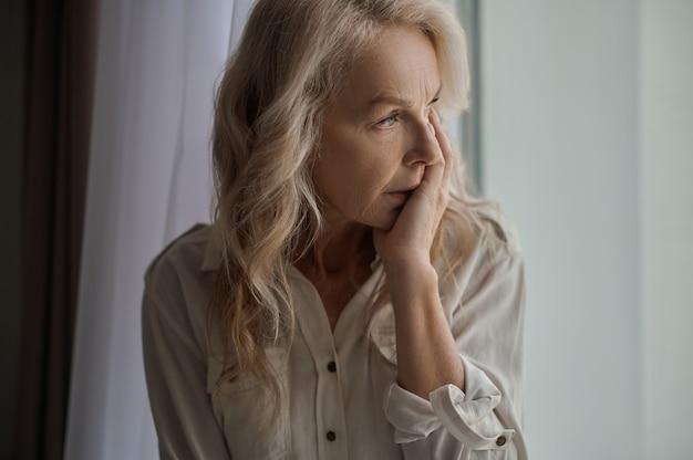 Traurige attraktive frau, die an einsamkeit und depression leidet