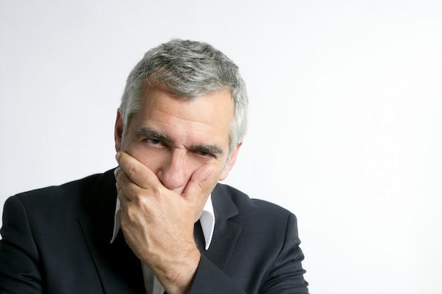 Traurige besorgte ältere geschäftsmannkenntnis des grauen haares