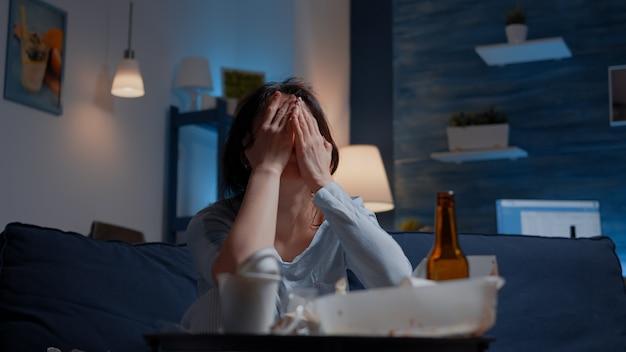 Traurige depressive frau, die kopfschmerzen müdigkeit einsamkeit verspürt