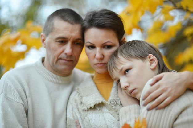 Traurige dreiköpfige familie in der natur