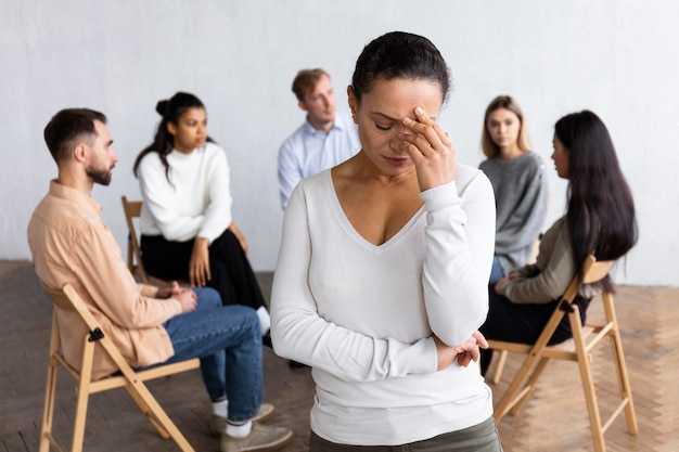 Traurige frau bei einer gruppentherapiesitzung