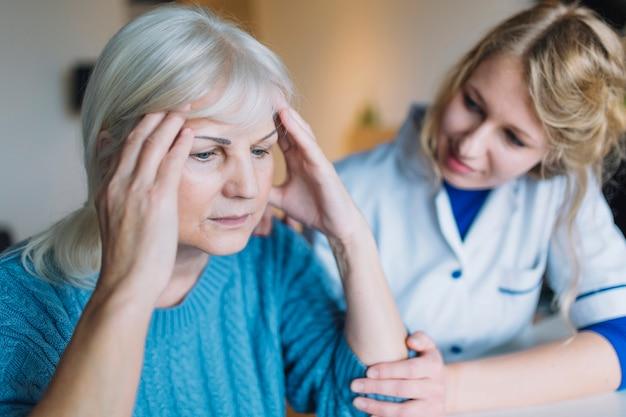 Traurige frau im pflegeheim