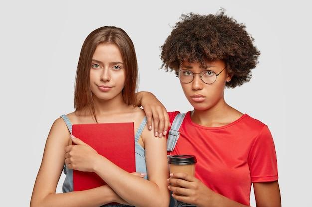 Traurige freundinnen gemischter rassen sehen unglücklich aus