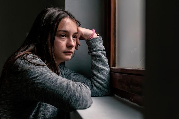 Traurige jugendliche, die nach problemen durchdacht schaut