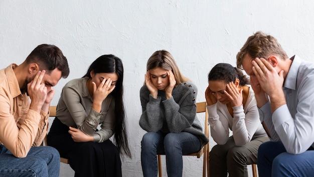 Traurige menschen bei einer gruppentherapiesitzung