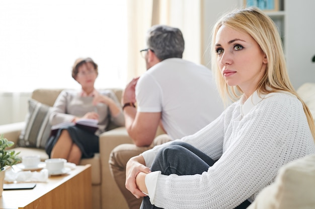 Traurige nachdenkliche frau bei der therapiesitzung