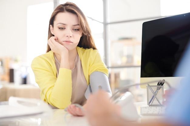 Traurige patientin in der modernen klinik