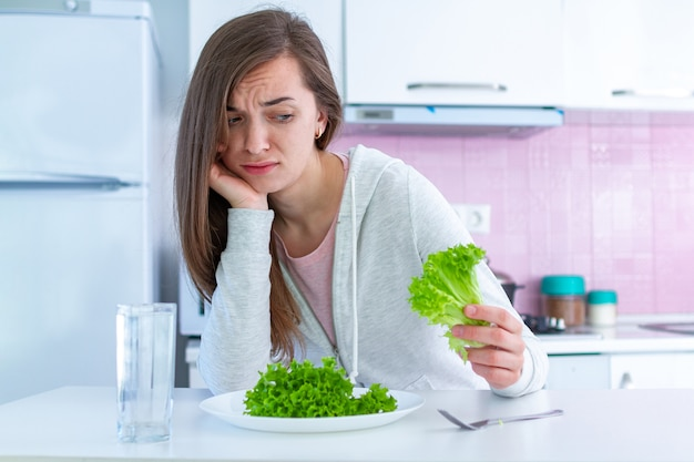 Traurige unglückliche frau ist vom nähren müde und möchte nicht organisches, sauberes lebensmittel der gesunden diät essen