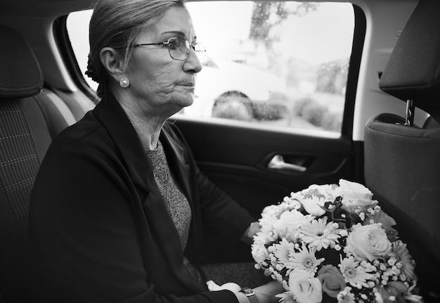 Traurige witwe auf dem weg zur beerdigung