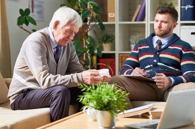 Trauriger älterer mann in der therapie