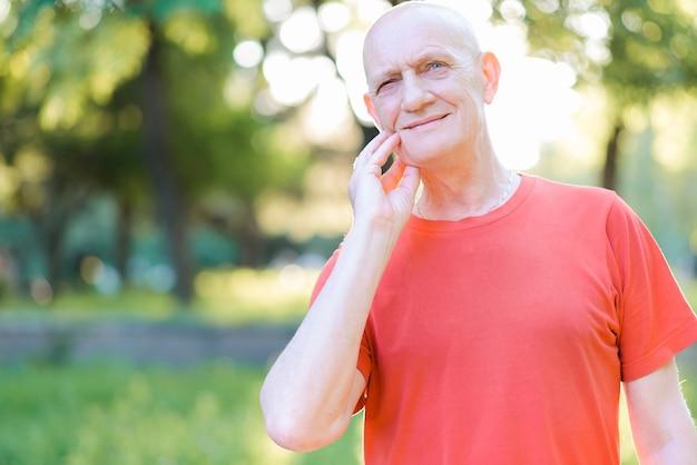 Trauriger alter mann, der unter starken zahnschmerzen leidet. ältere menschen berühren ihre wange und fühlen den schmerz