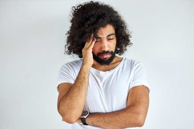 Trauriger arabischer mann hat probleme, er ist depressiv
