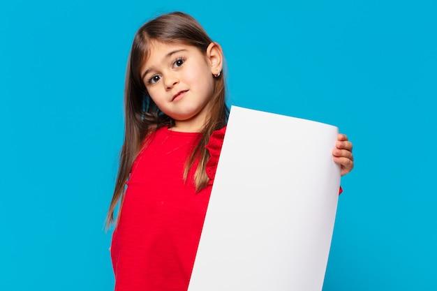 Trauriger ausdruck des hübschen kleinen mädchens und ein blatt papier