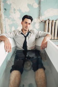 Trauriger geschäftsmann bankrott in badewanne, selbstmordmannkonzept. problem im geschäft, stress