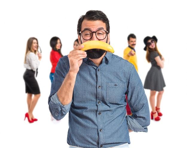 Trauriger junger hipstermann mit banane