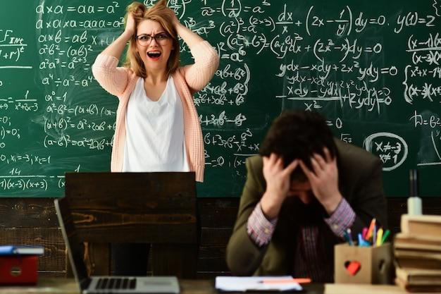Trauriger lehrer in brille, der berichte von talentierten schülern liest, die fehler korrigieren