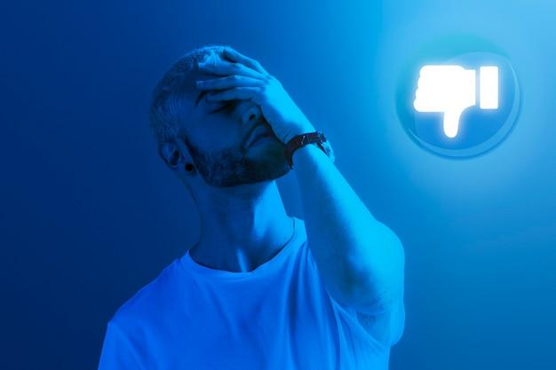Trauriger mann, der vom publikum abneigungen gegen soziale sucht bekommt