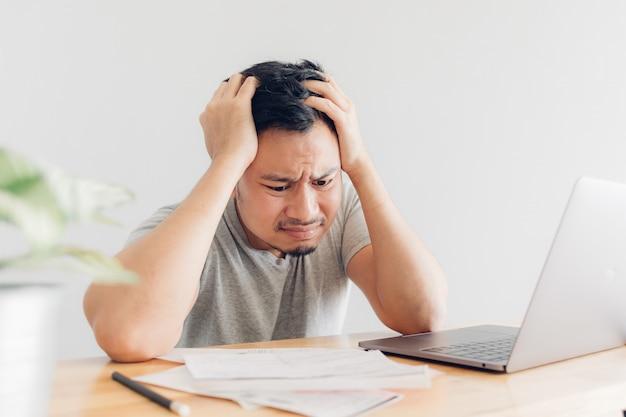 Trauriger mann hat probleme mit abrechnung und schulden.
