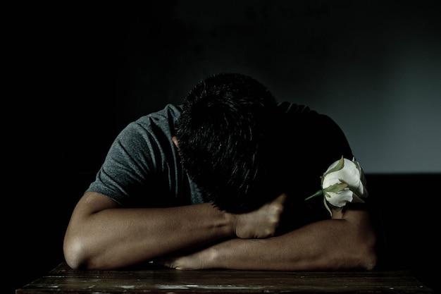 Trauriger mann und stieg in valentinsgrußtag. niedrige schlüsselart.