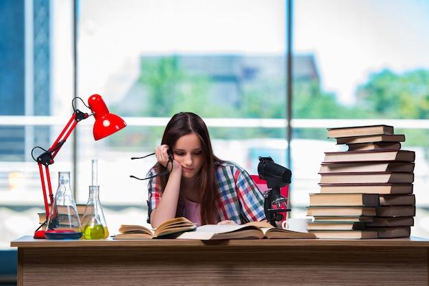 Trauriger student, der für chemieprüfungen sich vorbereitet