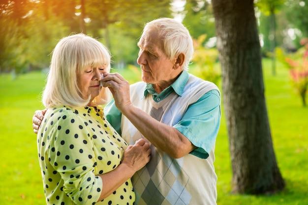 Trauriges älteres ehepaar.