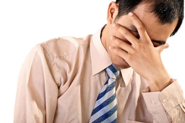 Trauriges geschäftsmannporträt des asiaten auf weißer wand.