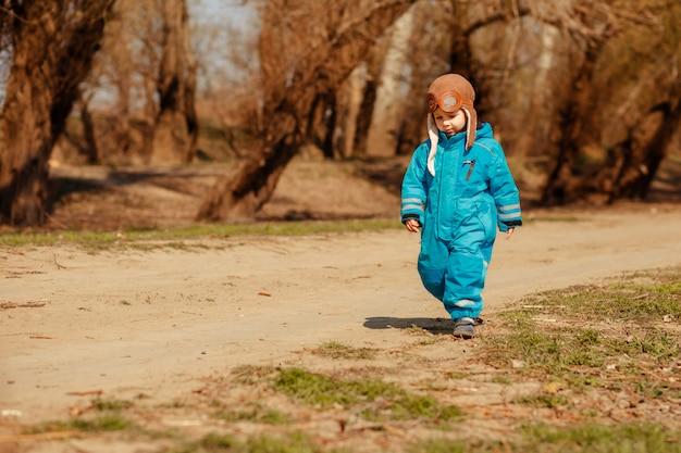 Trauriges kind kehrt auf einem waldweg aus dem wald nach hause zurück