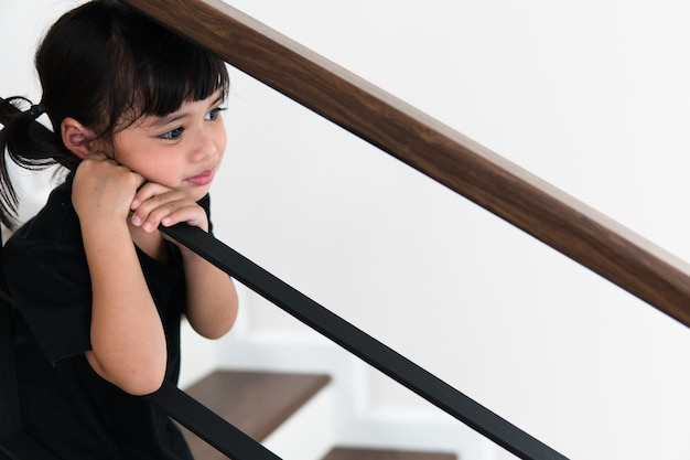 Trauriges kind von diesem vater und dieser mutter, die streiten, negatives familienkonzept.