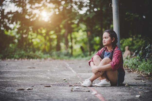 Trauriges mädchen, das im park sitzt