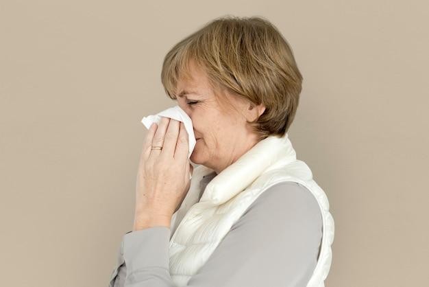 Trauriges schreiendes depressives niesen-studio-porträt der frau