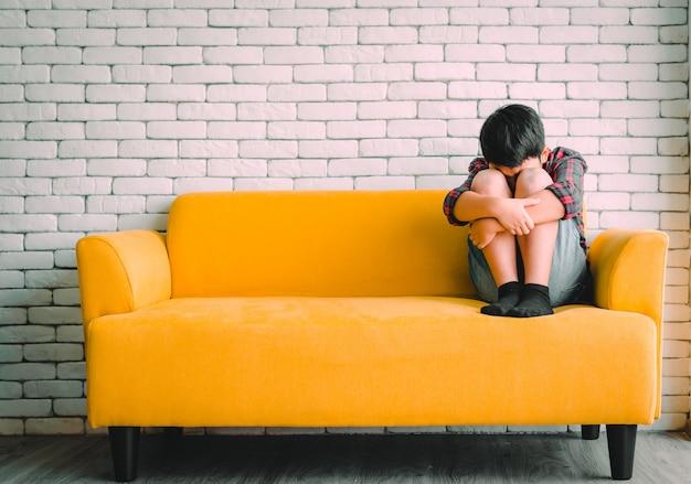 Trauriges und deprimiertes kind